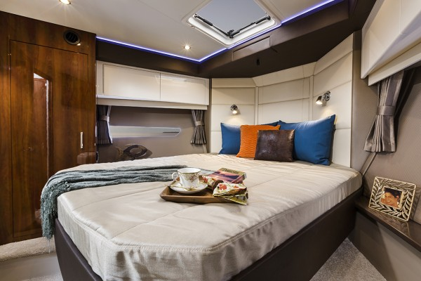 Carver C43 Coupe Master Stateroom