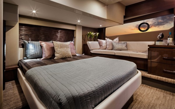 Carver C52 Coupe master stateroom